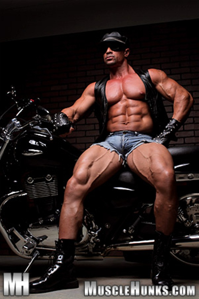 Eddie-Camacho-at-Muscle-Hunks-001-Ripped-Muscle-Bodybuilder-Strips-Naked-and-Strokes-His-Big-Hard-Cock-photo